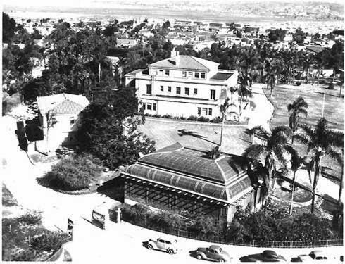 El edificio a la izquierda de la casa es donde Rife tenía su laboratorio en Point Loma, California